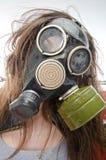 Flicka i en gasmask. Dåligt ekologibegrepp Royaltyfri Fotografi