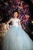 Flicka i en gräns - blå bollkappa Arkivbild
