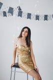 Flicka i en guld- klänning Arkivfoton