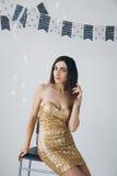 Flicka i en guld- klänning Arkivbilder