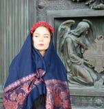 Flicka i en halsduk med änglar Arkivbild