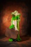 Flicka i en hatt med en gammal resväska Royaltyfria Foton