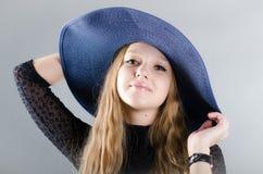 Flicka i en hatt och en svart klänning Royaltyfri Foto