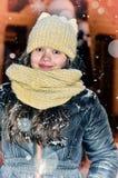 Flicka i en helgdagsafton för ` s för nytt år Arkivbilder