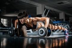 Flicka i en idrottshall Royaltyfri Foto