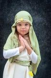 Flicka i en juldräkt Kläda för rekonstruktionen av historien av födelsen av Jesus Christ Girl i biblisk dräkt, royaltyfria foton