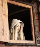 Flicka i en kabin arkivfoto