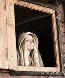 Flicka i en kabin arkivbild