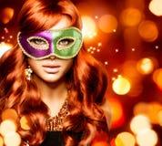 Flicka i en karnevalmaskering Fotografering för Bildbyråer