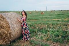 Flicka i en klänning i sommarbuntar arkivbild