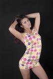 Flicka i en kort klänning Arkivfoto