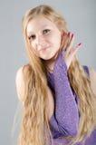Flicka i en lavendelklänning Royaltyfri Bild