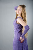 Flicka i en lavendelklänning Royaltyfri Foto