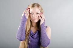 Flicka i en lavendelklänning Arkivbild