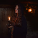 Flicka i en mörk kappa fotografering för bildbyråer