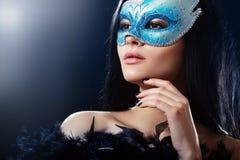 Flicka i en mystisk maskering fotografering för bildbyråer
