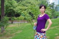 Flicka i en park Arkivfoto
