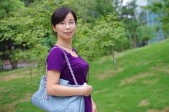Flicka i en park Royaltyfri Foto