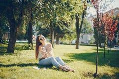 Flicka i en parkera royaltyfri fotografi
