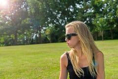 Flicka i en parkera Royaltyfri Bild