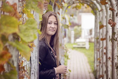 Flicka i en parkera Royaltyfria Foton