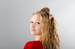 Flicka i en röd klänning Royaltyfri Foto