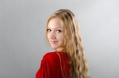 Flicka i en röd klänning Arkivbilder