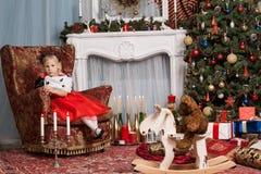 Flicka i en röd klänning Royaltyfria Bilder