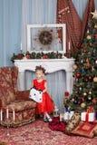 Flicka i en röd klänning Arkivbild
