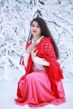 Flicka i en röd sjal arkivbild