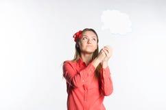 Flicka i en röd skjorta som ser molnet Arkivbild