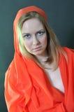 Flicka i en röd torkduk Fotografering för Bildbyråer