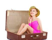 Flicka i en resväska Royaltyfria Bilder