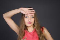Flicka i en rosa aftonklänning Royaltyfria Foton