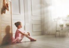 Flicka i en rosa ballerinakjol arkivbild