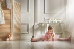 Flicka i en rosa ballerinakjol royaltyfria foton