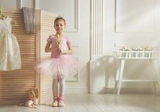 Flicka i en rosa ballerinakjol royaltyfria bilder