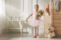 Flicka i en rosa ballerinakjol arkivfoton