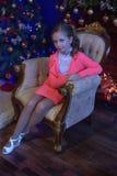 Flicka i en rosa dräkt i jul royaltyfri foto