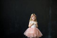 Flicka i en rosa frodig tyllkjol Royaltyfria Foton