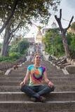 Flicka i en sakral buddistisk tempel Royaltyfri Foto
