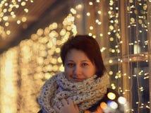 Flicka i en scarf Royaltyfri Fotografi