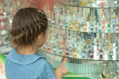 Flicka i en shoppa Arkivfoto