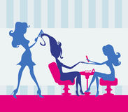 Flicka i en skönhetsalong, manikyr och frisör Royaltyfria Bilder