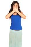 Flicka i en skjorta och en kjol som täcker hennes isolerade mun Royaltyfria Foton