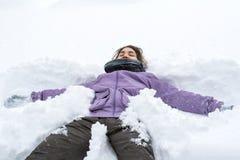 Flicka i en sn?driva arkivfoto