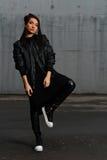 Flicka i en svart klänning som poserar i parkeringsplatsen Royaltyfria Bilder