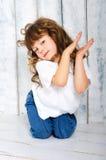 Flicka i en T-tröja och jeans Royaltyfri Bild