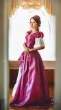 Flicka i en tappningklänning i rummet Royaltyfri Bild