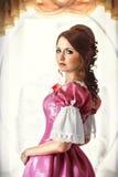 Flicka i en tappningklänning i rummet Royaltyfria Foton